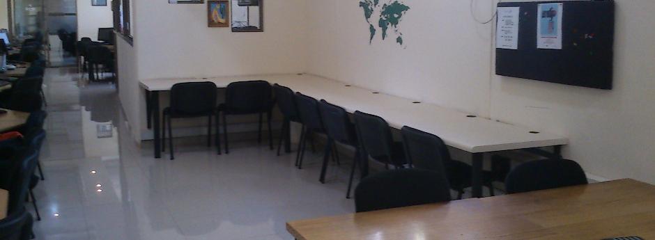 Disponibilidad de amplios escritorios de trabajo
